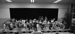 Großes Orchester bei einer Probe für das Weihnachtskonzert.